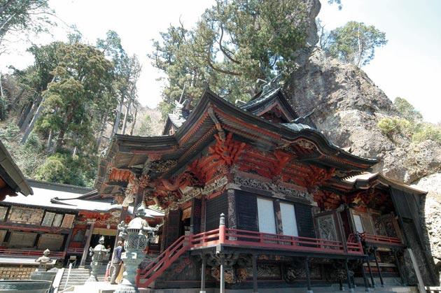 1,400年以上の歴史を誇る榛名神社。境内は神聖な空気が漂う人気のパワースポットです。車で約50分です。